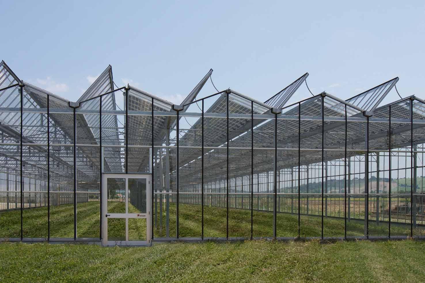 La serra fotovoltaica realizzata da isofoton - Serra bioclimatica normativa ...